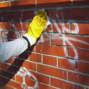 Смывки для удаления граффити: варианты для разных поверхностей