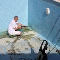 Лето началось: вырос спрос на продукцию для очистки бассейнов